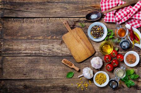 pizarra: Ingredientes para cocinar y tabla de cortar de vac�o en una vieja mesa de madera. Alimentaci�n de fondo con copyspace Foto de archivo