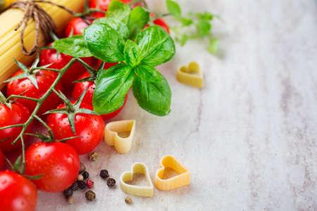 produits alimentaires: Tomates cerises basilic et l'ail, mise au point sélective et l'extrême profondeur de champ.