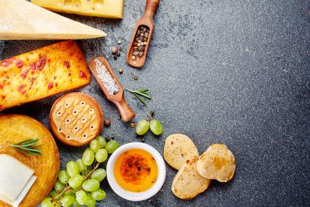 galletas integrales: Varios tipos de queso con bocadillos, uvas y galletas