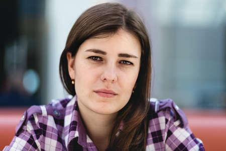 Retrato de una mujer joven que mira directamente a la c�mara Foto de archivo