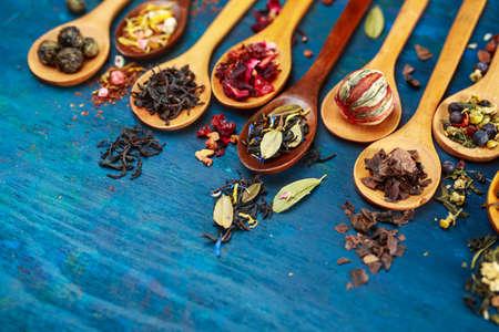 木製のスプーンで茶の様々 なタイプ。