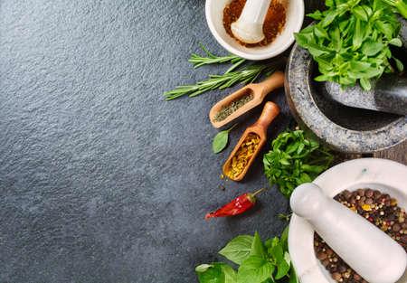 新鮮なハーブやスパイス。Copyspace と食品の背景