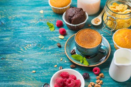 magdalenas: Desayuno con café, bayas y panecillo. Alimentación de fondo con copyspace