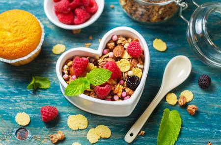 breakfast: Desayuno saludable con granola cerca. Fondo de alimentos