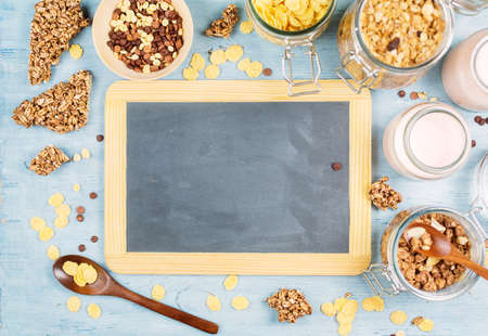 yogur: Granola casera sana o muesli con avena tostadas, cereales, yogur. Salud y concepto de la dieta. Pizarra de la vendimia con el copyspace Foto de archivo