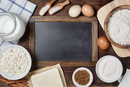 빈티지 칠판 전통적인 제빵 재료. 무료 텍스트 공간 소박한 배경입니다. 스톡 콘텐츠