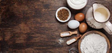 pasteles: Ingredientes para hornear tradicionales. Fondo rústico con espacio de texto libre.