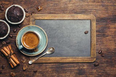 postres: Espresso con la magdalena de chocolate. Fondo rústico con pizarra de la vendimia