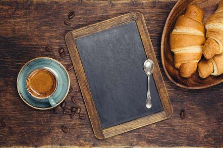 breakfast: Croissants y café con pizarra. Alimentos concepto de fondo con copyspace