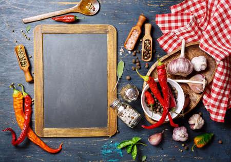 pepe nero: lavagna d'epoca e condimenti, vista dall'alto. sfondo concetto di cibo con copyspace