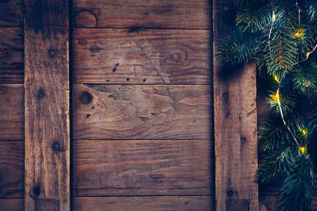 evergreen branch: Decoraci�n de Navidad con guirnalda festiva en una superficie de madera. Fondo de Navidad con copyspace