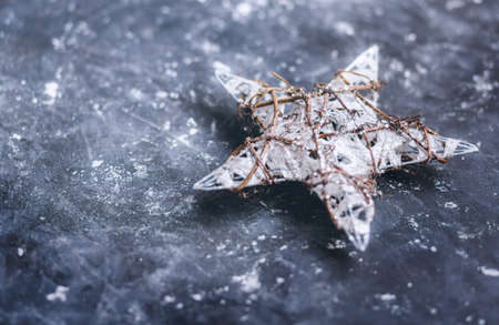 크리스마스 장식. 어두운 배경에 크리스마스 스타. 선택적 포커스 스톡 콘텐츠