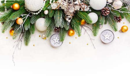 눈 표면에 크리스마스 전나무 나뭇 가지. 크리스마스 휴일 배경. 스톡 콘텐츠