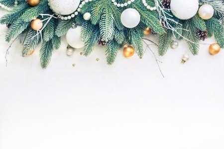 Las ramas del árbol de navidad de pino y bolas de Navidad sobre un fondo claro. Foto de archivo