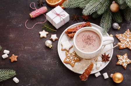 ChristmChristmas zelfgemaakte ontbijtkoek cookies en warme chocolademelk, bovenaanzicht. Kerstvakantie background.as zelfgemaakte ontbijtkoek cookies en warme chocolademelk, bovenaanzicht. Kerst achtergrond van de vakantie.