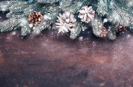 雪とクリスマスの休日の背景。コピー スペースがたくさん