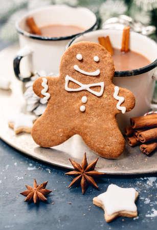 cioccolato natale: Christmas gingerbread man and hot chocolate. Christmas Holiday background