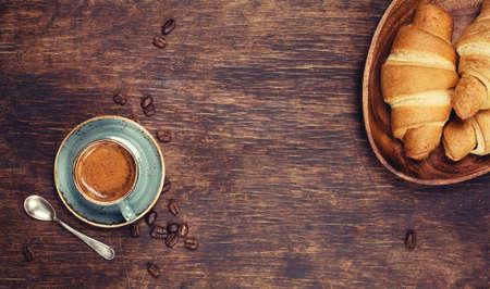 стиль жизни: Завтрак с кофе и круассанами. Натюрморт в деревенском стиле, вид сверху