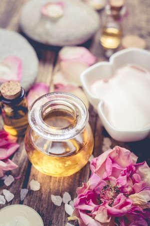 fleurs d'huile de massage et de pétales. Spa concept. Shallow DOF Banque d'images