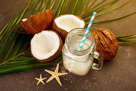 유리에 신선한 유기 코코넛 물입니다. 음식 배경, 선택적 포커스 스톡 콘텐츠