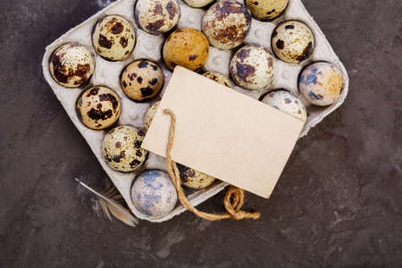 codorniz: Fresh quail eggs. Quail eggs and a blank tag with copy space. Farm products, bio product, food concept