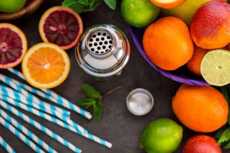 frutas tropicales: Diferentes frutas cítricas para cócteles, vista desde arriba. Naranjas, limas y limones.
