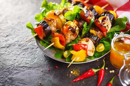 軽い夏ランチ グリルチキンし、野菜の串焼きを添えて野菜添え