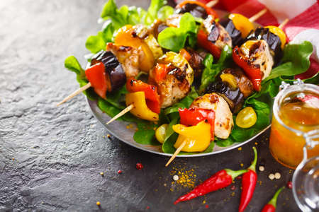 Light summer lunch grilled chicken and vegetable skewers served with served with vegetables Standard-Bild
