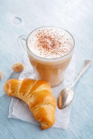 ラテ マキアート コーヒーとクロワッサンで朝食します。 写真素材