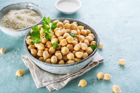 Ingrediënten voor het koken van hummus. Kikkererwten, sesamzaad en olie Stockfoto