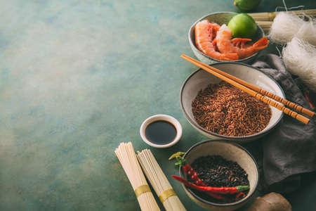 Verschillende soorten rijst en gedroogde Aziatische noedels en kruiden.