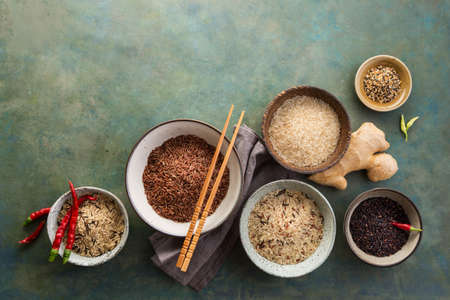 Surtido de diferentes tipos de arroz Foto de archivo - 83292271