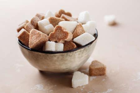 흰 설탕과 그릇에 갈색 설탕 스톡 콘텐츠