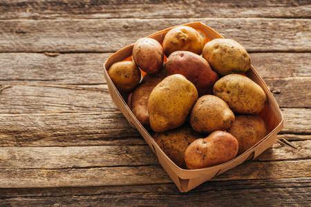 新鮮な有機ジャガイモ。コピー スペースと食品の背景。 写真素材