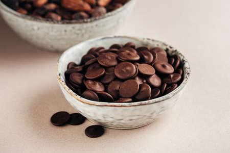 滴のダーク チョコレート 写真素材