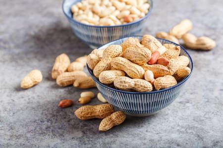 貝殻の生ピーナッツ、選択的な焦点 写真素材