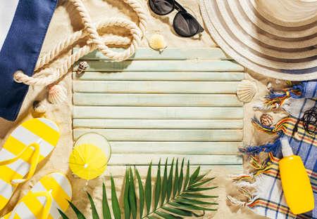Sommerferienschablonenhintergrund mit leerem Raum und Strandzubehör auf dem Sand
