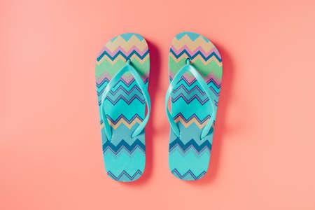Flip flops on pink background 版權商用圖片 - 117089308