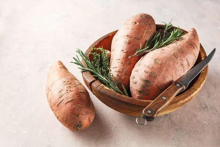 Biologische zoete aardappelen in een houten kom