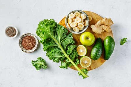 Légumes biologiques pour smoothies verts. Alimentation saine, vue de dessus.