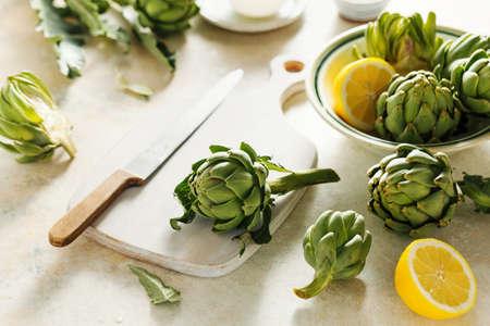 Raw artichokes and lemons. Stock fotó - 157090511