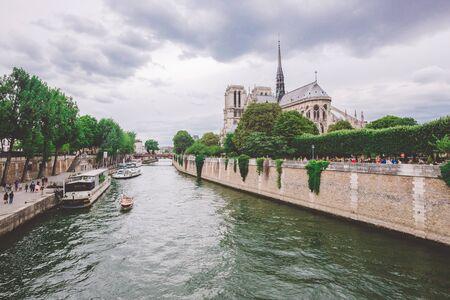 23. Juli 2017. Paris, Frankreich. Kathedrale Notre-Dame von der Seine in Paris. Kathedrale Notre-Dame vom Fluss Seine Paris, Frankreich. Schöne Aussicht auf ein Kanalboot und die Kathedrale Notre-Dame.