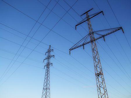 cables electricos: cruzaron los cables el�ctricos hasta en el cielo  Foto de archivo