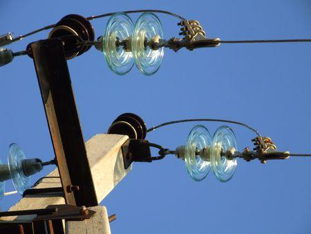 hoogspanningsmasten: hoogspanningsinstallaties isolator in de blauwe hemel Stockfoto