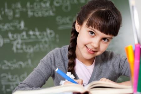 ni�os con l�pices: diligente estudiante en el aula