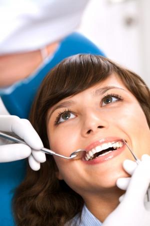 odontologia: Moderno equipo dental del paciente gabinete feliz