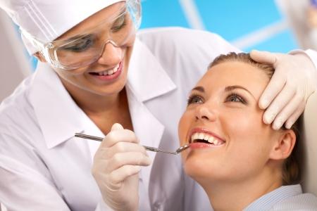odontologia: chica vino para una visita al dentista Foto de archivo