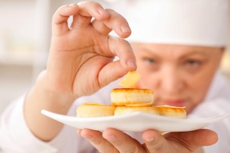 chef cocinando: pasteles de queso en un plato blanco y queso
