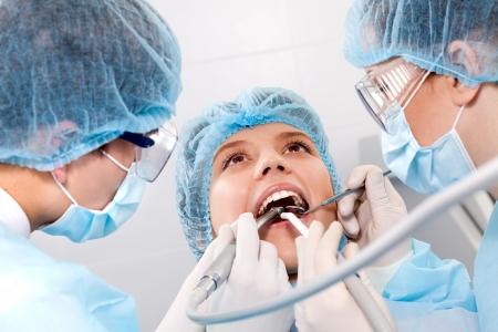 boca abierta: instrumentos contra el tel�n de fondo de la boca abierta