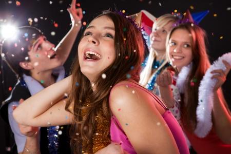 adolescentes riendo: Adolescentes celebrar el a�o nuevo